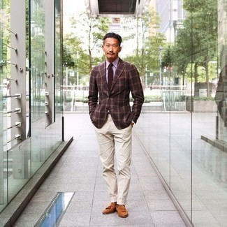 Dunkelbraune Socken kombinieren – 584+ Herren Outfits: Tragen Sie ein dunkelbraunes Sakko mit Schottenmuster und dunkelbraunen Socken für einen entspannten Wochenend-Look. Fühlen Sie sich ideenreich? Ergänzen Sie Ihr Outfit mit rotbraunen Wildleder Slippern mit Quasten.