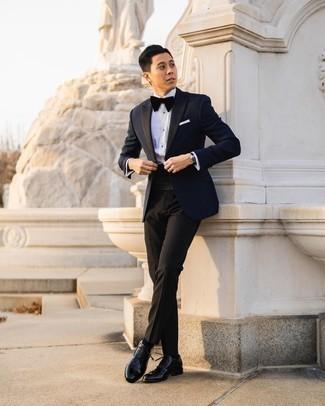 Teenager: Weißes Businesshemd kombinieren – 31 Herren Outfits: Entscheiden Sie sich für ein weißes Businesshemd und eine schwarze Anzughose für einen stilvollen, eleganten Look. Schwarze Leder Oxford Schuhe sind eine ideale Wahl, um dieses Outfit zu vervollständigen.