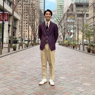 Beige Anzughose kombinieren – 926+ Herren Outfits: Entscheiden Sie sich für ein dunkelrotes vertikal gestreiftes Sakko und eine beige Anzughose für einen stilvollen, eleganten Look. Weiße Wildleder Derby Schuhe sind eine perfekte Wahl, um dieses Outfit zu vervollständigen.
