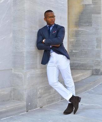 Hellblaues Businesshemd kombinieren – 500+ Herren Outfits: Kombinieren Sie ein hellblaues Businesshemd mit einer weißen Anzughose für einen stilvollen, eleganten Look. Wählen Sie die legere Option mit dunkelbraunen Chelsea Boots aus Wildleder.