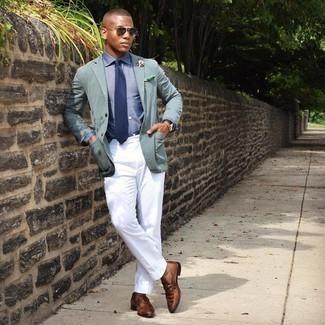 Braune Leder Slipper kombinieren – 500+ Herren Outfits: Paaren Sie ein mintgrünes Sakko mit einer weißen Anzughose, um vor Klasse und Perfektion zu strotzen. Dieses Outfit passt hervorragend zusammen mit braunen Leder Slippern.