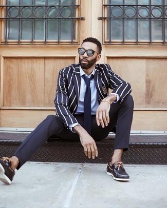Dunkelblaues und weißes vertikal gestreiftes Sakko kombinieren – 201 Herren Outfits: Entscheiden Sie sich für ein dunkelblaues und weißes vertikal gestreiftes Sakko und eine dunkelblaue Anzughose für einen stilvollen, eleganten Look. Fühlen Sie sich ideenreich? Wählen Sie schwarzen Leder Bootsschuhe.
