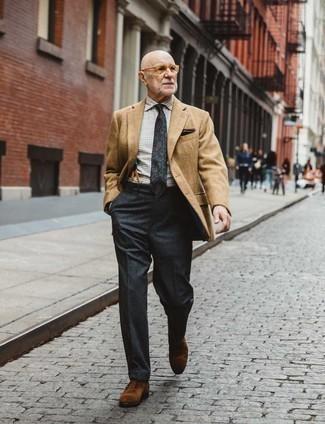 60 Jährige: Transparente Sonnenbrille kombinieren – 500+ Herren Outfits: Halten Sie Ihr Outfit locker mit einem beige Sakko und einer transparenten Sonnenbrille. Fühlen Sie sich ideenreich? Wählen Sie braunen Wildleder Oxford Schuhe.