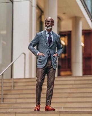 Herren Outfits 2020: Erwägen Sie das Tragen von einem blauen Wollsakko mit Schottenmuster und einer braunen Anzughose, um vor Klasse und Perfektion zu strotzen. Fühlen Sie sich ideenreich? Ergänzen Sie Ihr Outfit mit rotbraunen Leder Oxford Schuhen.