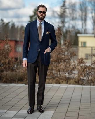 Dunkelbraune Sonnenbrille kombinieren – 500+ Herren Outfits: Paaren Sie ein dunkelblaues Wollsakko mit einer dunkelbraunen Sonnenbrille für einen entspannten Wochenend-Look. Dunkelbraune Leder Slipper bringen klassische Ästhetik zum Ensemble.