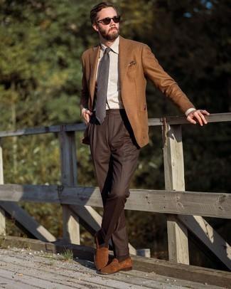 Dunkelgraue Krawatte mit Schottenmuster kombinieren – 51 Herren Outfits: Kombinieren Sie ein rotbraunes Wollsakko mit einer dunkelgrauen Krawatte mit Schottenmuster, um vor Klasse und Perfektion zu strotzen. Braune Wildleder Slipper sind eine ideale Wahl, um dieses Outfit zu vervollständigen.