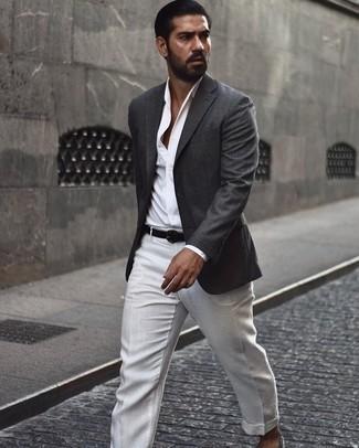 Dunkelgraues Sakko kombinieren – 1200+ Herren Outfits: Kombinieren Sie ein dunkelgraues Sakko mit einer weißen Anzughose, um vor Klasse und Perfektion zu strotzen. Fühlen Sie sich mutig? Komplettieren Sie Ihr Outfit mit grauen Segeltuch Espadrilles.
