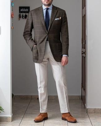 Braune Wildlederfreizeitstiefel kombinieren – 363 Herren Outfits: Entscheiden Sie sich für ein dunkelbraunes Wollsakko mit Karomuster und eine weiße Anzughose, um vor Klasse und Perfektion zu strotzen. Fühlen Sie sich ideenreich? Vervollständigen Sie Ihr Outfit mit einer braunen Wildlederfreizeitstiefeln.