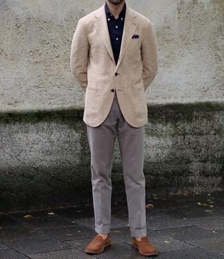 Violettes bedrucktes Einstecktuch kombinieren – 51 Herren Outfits: Entscheiden Sie sich für Komfort in einem hellbeige Sakko mit Karomuster und einem violetten bedruckten Einstecktuch. Entscheiden Sie sich für braunen Wildleder Slipper, um Ihr Modebewusstsein zu zeigen.