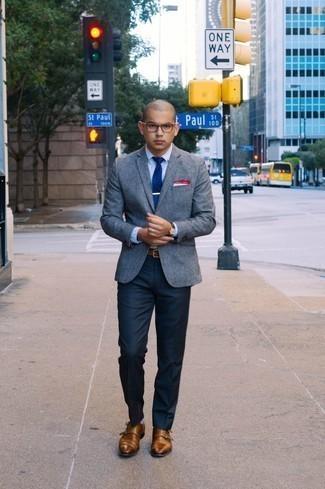 Dunkelblaue Anzughose kombinieren – 1200+ Herren Outfits: Entscheiden Sie sich für ein graues Wollsakko und eine dunkelblaue Anzughose für einen stilvollen, eleganten Look. Braune Doppelmonks aus Leder sind eine ideale Wahl, um dieses Outfit zu vervollständigen.