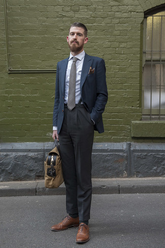 Weißes Businesshemd kombinieren – 500+ Herren Outfits: Kombinieren Sie ein weißes Businesshemd mit einer dunkelgrauen Anzughose für einen stilvollen, eleganten Look. Fühlen Sie sich mutig? Ergänzen Sie Ihr Outfit mit braunen Leder Brogues.