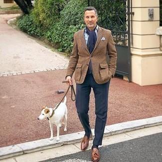 Dunkelblaue Anzughose kombinieren – 1200+ Herren Outfits: Kombinieren Sie ein braunes Wollsakko mit Schottenmuster mit einer dunkelblauen Anzughose, um vor Klasse und Perfektion zu strotzen. Komplettieren Sie Ihr Outfit mit braunen Leder Slippern mit Quasten.
