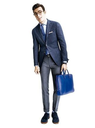 Wie kombinieren: dunkelblaues Wollsakko, weißes Businesshemd, graue Wollanzughose, dunkelblaue Wildleder Brogues