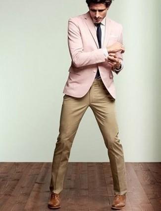 rosa Sakko, weißes Businesshemd, beige Anzughose, braune