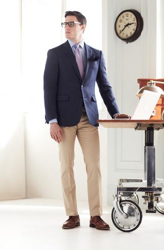 dunkelblaues Sakko, hellblaues Businesshemd, beige Anzughose, braune Leder Derby Schuhe für Herren