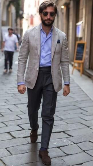Dunkelbraune Doppelmonks aus Wildleder kombinieren – 188 Herren Outfits: Tragen Sie ein graues Sakko mit Karomuster und eine dunkelgraue Anzughose für eine klassischen und verfeinerte Silhouette. Dunkelbraune Doppelmonks aus Wildleder sind eine gute Wahl, um dieses Outfit zu vervollständigen.