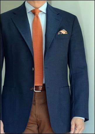 Herren Outfits 2021: Erwägen Sie das Tragen von einem dunkelblauen Sakko und einer braunen Anzughose, um vor Klasse und Perfektion zu strotzen.