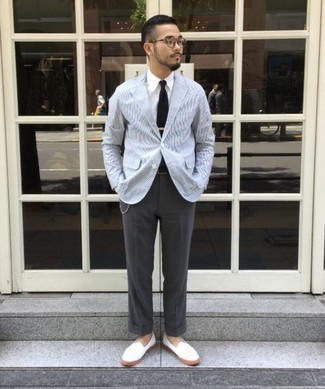 Schwarze Krawatte kombinieren – 1200+ Herren Outfits: Kombinieren Sie ein hellblaues horizontal gestreiftes Sakko mit einer schwarzen Krawatte für einen stilvollen, eleganten Look. Weiße Segeltuch Slipper sind eine gute Wahl, um dieses Outfit zu vervollständigen.