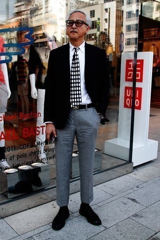 50 Jährige: Transparente Sonnenbrille kombinieren – 500+ Herren Outfits: Ein schwarzes Sakko und eine transparente Sonnenbrille sind eine ideale Outfit-Formel für Ihre Sammlung. Schwarze Wildleder Derby Schuhe bringen Eleganz zu einem ansonsten schlichten Look.