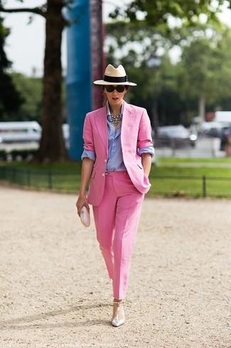 Wie kombinieren: rosa Sakko, weißes und blaues vertikal gestreiftes Businesshemd, rosa Anzughose, silberne Leder Pumps