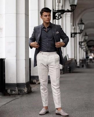 Einstecktuch kombinieren – 500+ Herren Outfits: Vereinigen Sie ein dunkelgraues Sakko mit Karomuster mit einem Einstecktuch für einen entspannten Wochenend-Look. Fühlen Sie sich mutig? Wählen Sie grauen Wildleder Slipper.