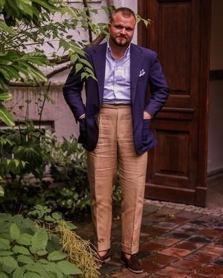 Herren Outfits 2021: Kombinieren Sie ein dunkelblaues Sakko mit einer beige Anzughose, um vor Klasse und Perfektion zu strotzen. Dieses Outfit passt hervorragend zusammen mit dunkelbraunen Wildleder Slippern.