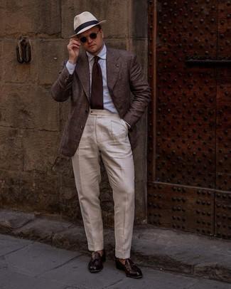 Herren Outfits 2021: Entscheiden Sie sich für ein dunkelbraunes Sakko mit Schottenmuster und eine hellbeige Anzughose für einen stilvollen, eleganten Look. Dunkelrote Leder Slipper mit Quasten sind eine perfekte Wahl, um dieses Outfit zu vervollständigen.
