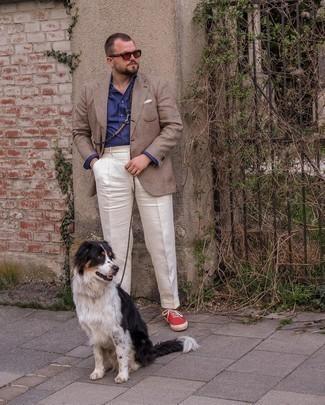 Herren Outfits 2021: Vereinigen Sie ein braunes Sakko mit Schottenmuster mit einer weißen Anzughose für einen stilvollen, eleganten Look. Fühlen Sie sich mutig? Komplettieren Sie Ihr Outfit mit roten Segeltuch niedrigen Sneakers.