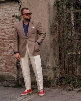 Herren Outfits 2021: Erwägen Sie das Tragen von einem braunen Sakko mit Schottenmuster und einer weißen Anzughose für einen stilvollen, eleganten Look. Suchen Sie nach leichtem Schuhwerk? Wählen Sie roten Segeltuch niedrige Sneakers für den Tag.