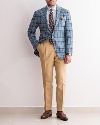 Dunkelbraune Doppelmonks aus Leder kombinieren – 500+ Herren Outfits: Machen Sie sich mit einem hellblauen Sakko mit Schottenmuster und einer beige Anzughose einen verfeinerten, eleganten Stil zu Nutze. Dunkelbraune Doppelmonks aus Leder sind eine gute Wahl, um dieses Outfit zu vervollständigen.