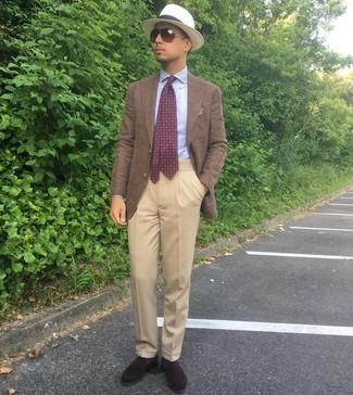 Dunkelrote bedruckte Krawatte kombinieren – 173 Herren Outfits: Paaren Sie ein braunes Sakko mit einer dunkelroten bedruckten Krawatte für einen stilvollen, eleganten Look. Dunkelbraune Wildleder Slipper sind eine ideale Wahl, um dieses Outfit zu vervollständigen.