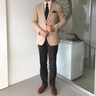 Weißes Businesshemd kombinieren – 500+ Herren Outfits: Kombinieren Sie ein weißes Businesshemd mit einer dunkelbraunen Anzughose für einen stilvollen, eleganten Look. Braune Wildleder Oxford Schuhe sind eine ideale Wahl, um dieses Outfit zu vervollständigen.