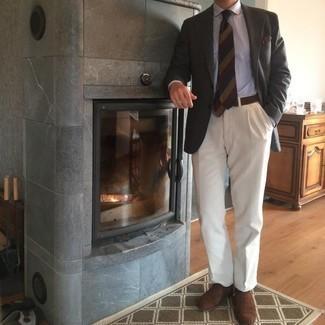 Dunkelbraune Wildleder Oxford Schuhe kombinieren – 300 Herren Outfits: Vereinigen Sie ein dunkelgraues Sakko mit einer weißen Anzughose für eine klassischen und verfeinerte Silhouette. Ergänzen Sie Ihr Look mit dunkelbraunen Wildleder Oxford Schuhen.