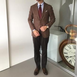 Dunkelrote bedruckte Krawatte kombinieren – 173 Herren Outfits: Entscheiden Sie sich für ein braunes Sakko und eine dunkelrote bedruckte Krawatte, um vor Klasse und Perfektion zu strotzen. Dieses Outfit passt hervorragend zusammen mit dunkelbraunen Leder Oxford Schuhen.