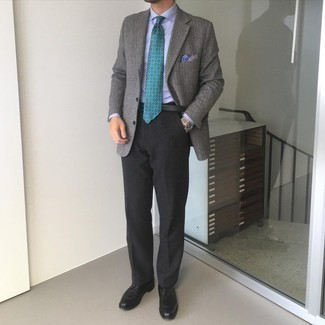 Schwarze Leder Derby Schuhe kombinieren – 500+ Herren Outfits: Kombinieren Sie ein graues vertikal gestreiftes Wollsakko mit einer schwarzen Anzughose, um vor Klasse und Perfektion zu strotzen. Schwarze Leder Derby Schuhe sind eine ideale Wahl, um dieses Outfit zu vervollständigen.