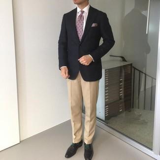 Mehrfarbiges bedrucktes Einstecktuch kombinieren – 167 Herren Outfits: Erwägen Sie das Tragen von einem schwarzen Sakko und einem mehrfarbigen bedruckten Einstecktuch für einen entspannten Wochenend-Look. Putzen Sie Ihr Outfit mit schwarzen Leder Oxford Schuhen.
