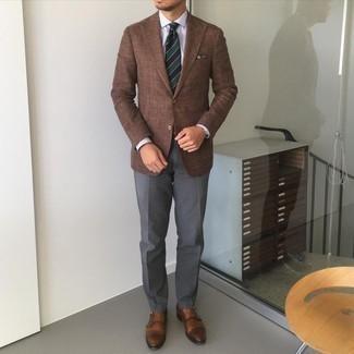 Dunkelblaues bedrucktes Einstecktuch kombinieren – 435 Herren Outfits: Kombinieren Sie ein braunes Sakko mit einem dunkelblauen bedruckten Einstecktuch für einen entspannten Wochenend-Look. Fühlen Sie sich mutig? Entscheiden Sie sich für braunen Doppelmonks aus Leder.