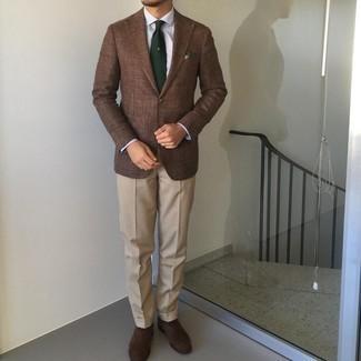 Dunkelbraune Wildleder Oxford Schuhe kombinieren – 300 Herren Outfits: Tragen Sie ein braunes Sakko und eine hellbeige Anzughose für einen stilvollen, eleganten Look. Vervollständigen Sie Ihr Look mit dunkelbraunen Wildleder Oxford Schuhen.