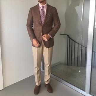Dunkelbraune Wildleder Oxford Schuhe kombinieren – 300 Herren Outfits: Machen Sie sich mit einem braunen Sakko und einer beige Anzughose einen verfeinerten, eleganten Stil zu Nutze. Dieses Outfit passt hervorragend zusammen mit dunkelbraunen Wildleder Oxford Schuhen.