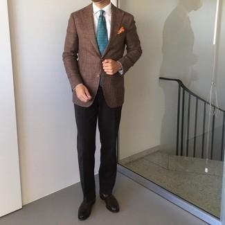 Orange bedrucktes Einstecktuch kombinieren – 167 Herren Outfits: Ein braunes Sakko und ein orange bedrucktes Einstecktuch sind das Outfit Ihrer Wahl für faule Tage. Machen Sie Ihr Outfit mit dunkelbraunen Leder Slippern eleganter.