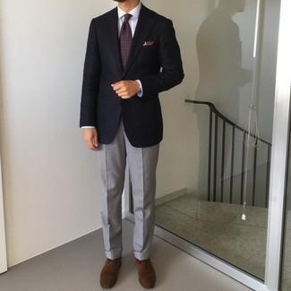 Krawatte kombinieren – 1200+ Herren Outfits: Kombinieren Sie ein dunkelblaues Sakko mit einer Krawatte für eine klassischen und verfeinerte Silhouette. Ergänzen Sie Ihr Look mit dunkelbraunen Wildleder Oxford Schuhen.