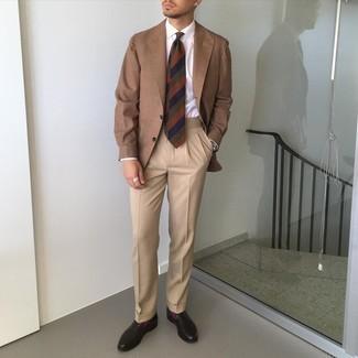 Krawatte kombinieren – 1200+ Herren Outfits: Paaren Sie ein braunes Sakko mit einer Krawatte, um vor Klasse und Perfektion zu strotzen. Fühlen Sie sich mutig? Komplettieren Sie Ihr Outfit mit dunkelbraunen Leder Slippern.