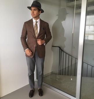 Krawatte kombinieren – 1200+ Herren Outfits: Entscheiden Sie sich für einen klassischen Stil in einem braunen Sakko und einer Krawatte. Dunkelbraune Leder Slipper liefern einen wunderschönen Kontrast zu dem Rest des Looks.