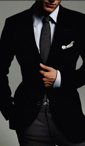 Graues Chambray Businesshemd kombinieren: trends 2020: Kombinieren Sie ein graues Chambray Businesshemd mit einer dunkelgrauen Wollanzughose für eine klassischen und verfeinerte Silhouette.