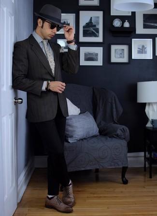 Erwägen Sie das Tragen von einem dunkelgrauen Sakko und einem Hut, um einen modischen Freizeitlook zu kreieren. Fühlen Sie sich mutig? Entscheiden Sie sich für braunen Leder Brogues.