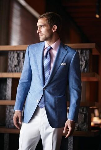 Wie kombinieren: blaues Sakko, rosa Businesshemd, weiße Anzughose, blaue Krawatte mit geometrischen Mustern