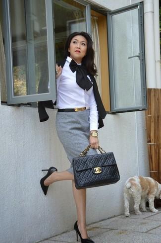 Wie kombinieren: schwarzes Sakko, weißes Businesshemd, grauer Bleistiftrock, schwarze Leder Pumps