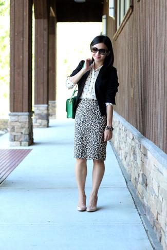 Wie kombinieren: schwarzes Sakko, weißes gepunktetes Seide Businesshemd, weißer und schwarzer Bleistiftrock mit Leopardenmuster, hellbeige Leder Pumps