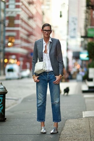 Wie kombinieren: dunkelgraues Sakko, weißes Businesshemd, blaue Boyfriend Jeans mit Destroyed-Effekten, silberne Leder Oxford Schuhe