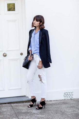 Wie kombinieren: dunkelblaues Sakko, hellblaues Businesshemd, weiße Boyfriend Jeans mit Destroyed-Effekten, schwarze Wildleder Sandaletten